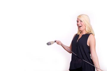 Frau singt bei Karaoke