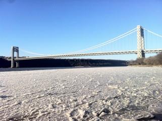 Orilla del río Hudson en New York congelada por la ola de frío