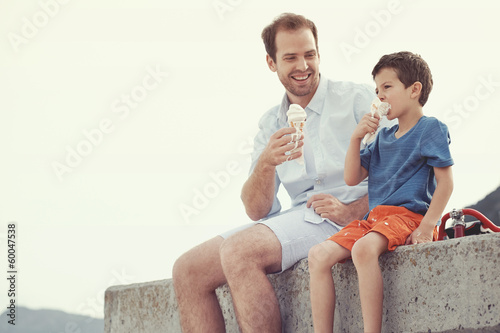 Eating icecream together - 60047538