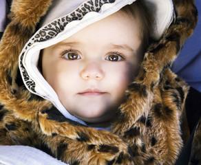 Bambina con pelliccia