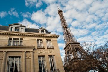 immeuble et tour Eiffel à Paris