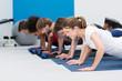 gruppe trainiert im fitnessstudio