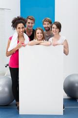 junge leute mit schild im fitness-studio