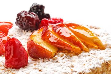 Millefoglie con frutta fresca, fuoco selettivo, close-up