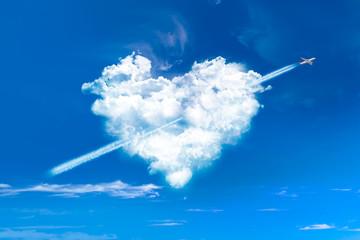 Nuage en forme de coeur et avion