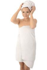 Frau mit Handtuch und Duschtuch