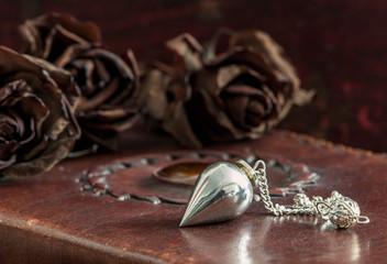 Pendel mit getrockneten Rosen