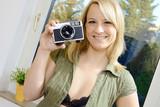 Frau nimmt Selfie mit Kamera auf poster