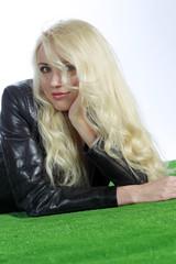 Jeune femme blonde allongée dans l'herbe