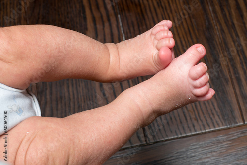 piedi neonato su tavolo di legno