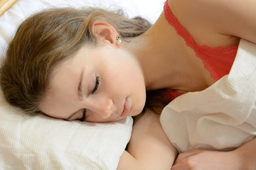Teenager schläft im Bett
