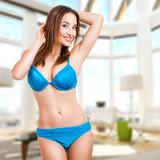 attraktive junge Frau im Bikini im Wohnzimmer