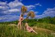 две девушки загарают под пальмой