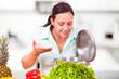 Frau in der Küche probiert gerne beim Kochen