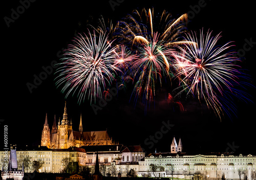 In de dag Praag Fireworks over Prague Castle