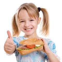 lachendes Kind hält Daumen hoch zu gesunder Ernährung