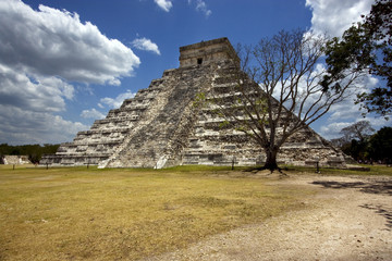 wild angle of the chichen itza temple  tulum mexico