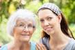 Seniorin und erwachsene Enkelin