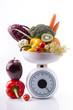 bilancia con frutta e ortaggi