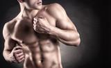 Muskularny mężczyzna - 60113146