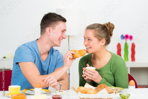 junges paar frühstückt gemeinsam