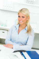 blonde frau im büro