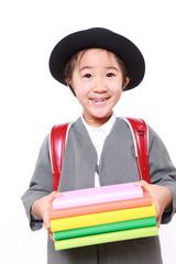 本を持つ小学生