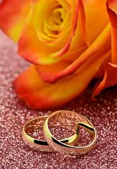 Złote obrączki z różą