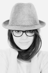 Jeune femme espiègle avec un chapeau