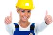 glückliche handwerkerin zeigt daumen hoch