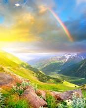 Arc en ciel après la pluie dans la vallée de montagne.
