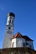Kirche von Pähl vor blauem Himmel