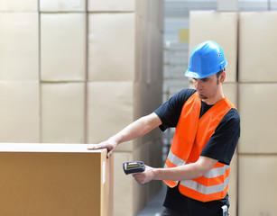 Mann scannt Pakete im Lager ein // shipping