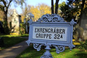 Wegweiser Ehrengräber im Zentral Friedhof von Wien