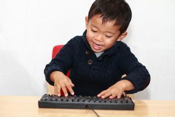 キーボードを打つ幼児(4歳児)