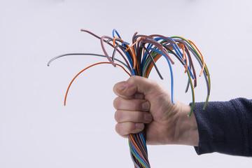 cavi elettrici in mano