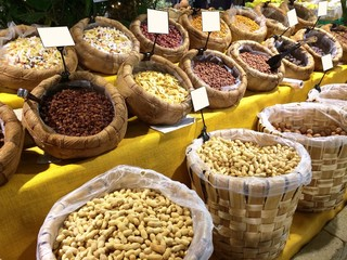 frutta secca al mercato