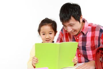 娘の勉強を手伝う父親