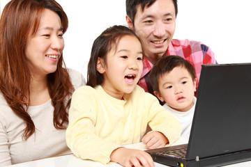 パソコンを使う日本人四人家族