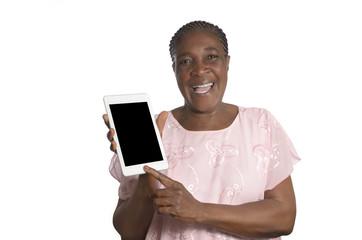 Ältere afrikanische Frau mit Tablet PC