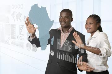 Afrikanisches Businessteam arbeitet an virtuellem Touchscreen
