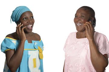 Afrikanische Muter und Tochter telefonieren
