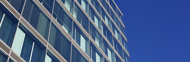 Fassade eines modernen Bürogebäudes, abstrakt