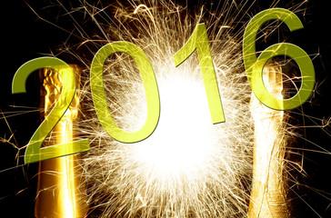 Sektflasche mit Feuerwerk und der Jahreszahl 2016