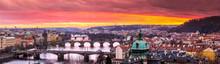 Ponts à Prague sur la rivière au coucher du soleil