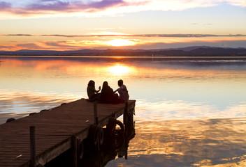 amigos en el embarcadero del lago