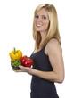 Junge Frau mit bunten Paprika