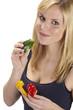 Junge Frau isst grüne Paprika - Gesunde Ernährung