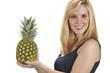 Junge Frau mit Ananas