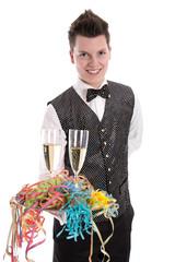 Ober serviert zwei Gläser Sekt oder Champagner im Fasching